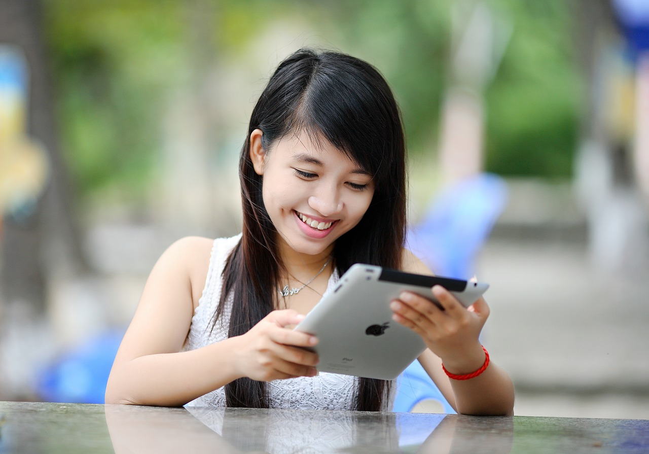 Native Advertising: happy girl on iPad